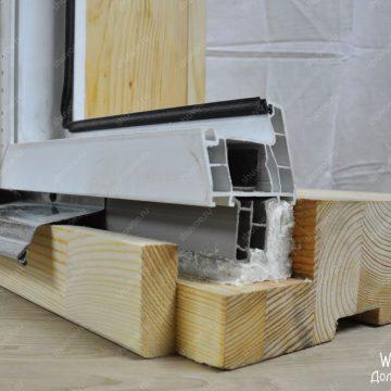 Окосячка с широким деревянным подоконником (шире стены, выступает внутрь комнаты).